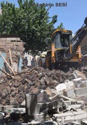 Viranşehir Belediyesi Eski Binaları Yıkarak Şehir İçi Trafiğine Nefes Aldırıyor